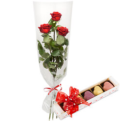 Three red roses with 5 praline hearts