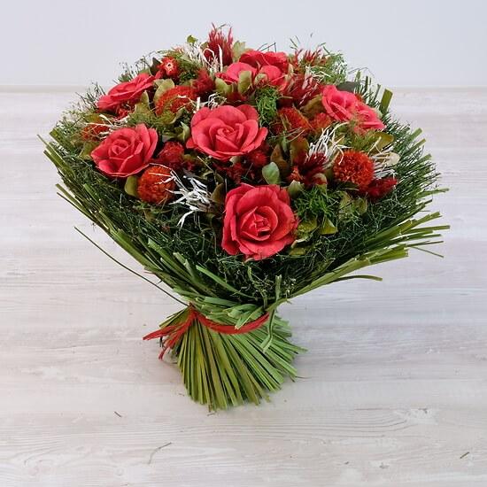 Großer Strauß aus roter getrockneter Blumen