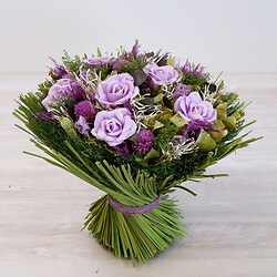 Großer Strauß aus lila getrockneter Blumen